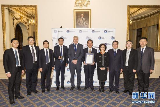 11月25日,在英国伦敦,嫦娥四号任务团队在获奖后与嘉宾合影。 英国皇家航空学会2019年度颁奖典礼25日晚在伦敦举行,嫦娥四号任务团队获得本年度团队金奖,成为本年度全球唯一获此殊荣的团队。这是英国皇家航空学会成立153年来首次向中国项目颁发奖项。 新华社发(雷伊・唐摄)