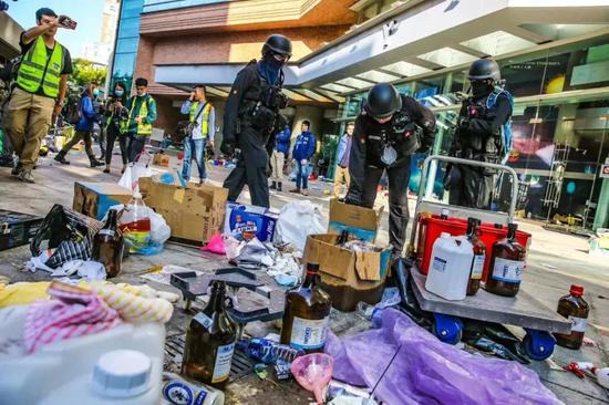 香港警方进入理大搜证