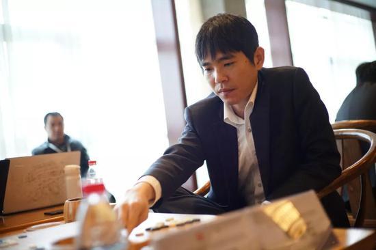 李世石,韩国著名围棋棋手,世界顶级围棋棋手,11月19日,李世石向韩国棋院递交了辞呈,正式宣布退役。