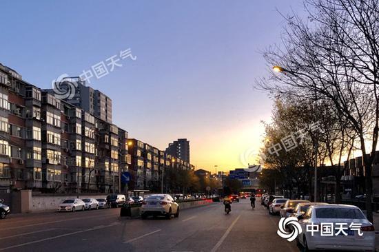 今晨,北京天气晴朗。(图/王晓)