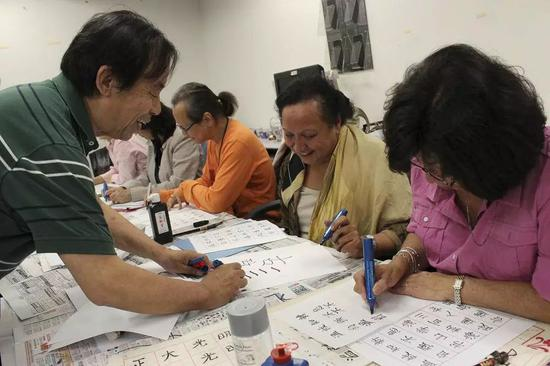 2012年,联合国书法课堂,辅导学员先从硬笔书法入手