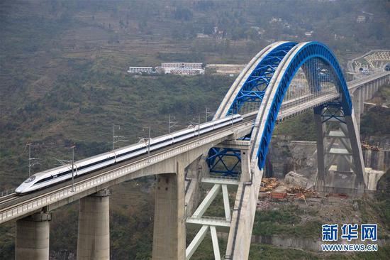 12月2日,一辆试验列车驶过成贵高铁鸭池河特大桥。