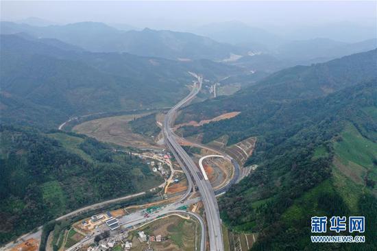 这是在大山中穿行的乐业至百色高速公路(11月6日无人机拍摄)。