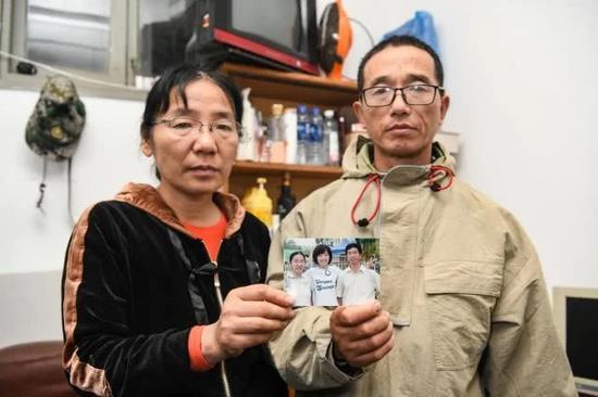 在学校物业的宿舍中,夫妻俩一直收藏着以前一家三口的照片。