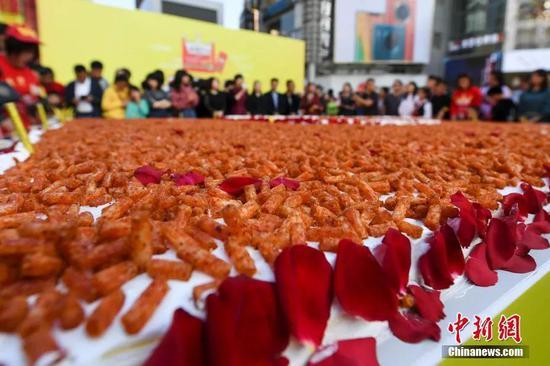 巨型辣条蛋糕。中新社记者 杨华峰 摄