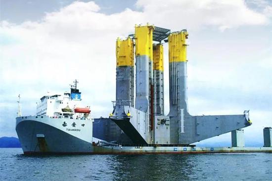 """▲广船国际造1.8万吨半潜船""""泰安口""""号和""""康盛口""""号"""