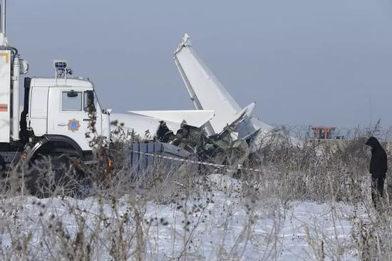 这是12月27日在哈萨克斯坦阿拉木图机场附近拍摄的失事客机的机翼。新华社/哈通社