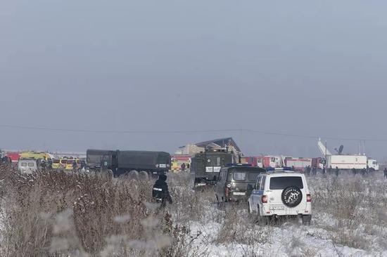 12月27日,在哈萨克斯坦阿拉木图机场附近,声援车辆停在坠机现场。 新华社/哈通社