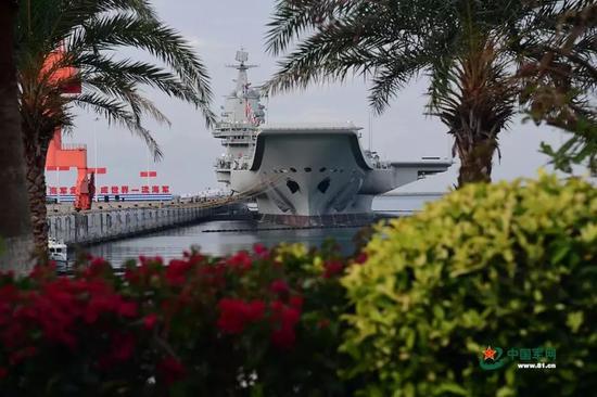 停靠在港口的山东舰。中国军网记者 冯凯旋摄