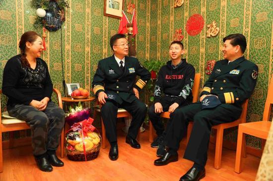 南海艦隊政委等看望王偉烈士家屬:祖國不會忘記圖片