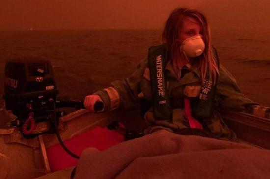 ▲2020年1月1日,Finn戴著口罩在海上躲避大火的照片登上了許多澳媒的頭版圖/Allison Marion