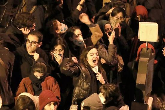 1月11日晚,伊朗大学生主张敌对。
