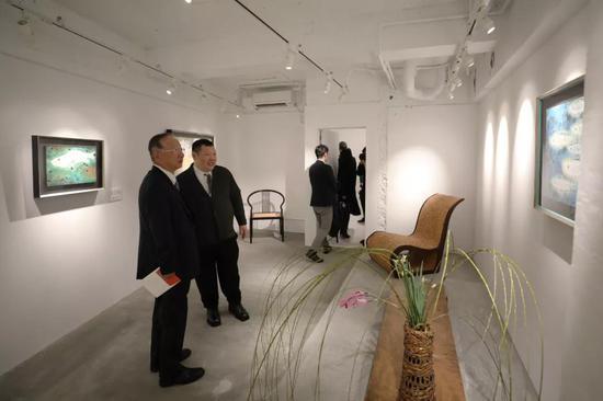在日本东京银座王传峰美术馆内,王传峰(左二)向来参观的嘉宾介绍作品。新华社记者 杜潇逸 摄