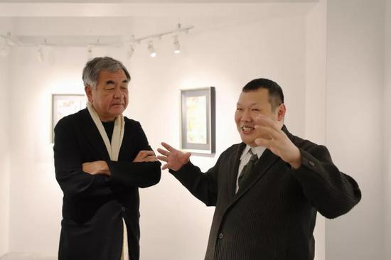 在日本东京银座王传峰美术馆内,王传峰(右)和隈研吾交流。新华社记者 杜潇逸 摄