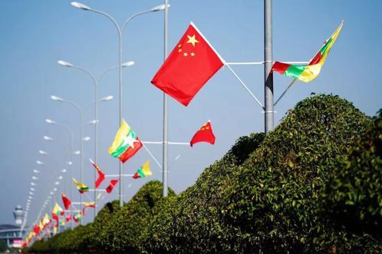 ▲1月16日,缅甸首都内比都飘扬着中缅两国国旗。多处还可见热情的欢迎标语。新华社记者王申摄