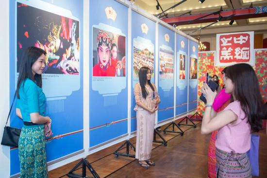"""▲1月15日,""""中缅之美 胞波之情""""图片展在缅甸仰光开幕。新华社记者杜宇摄"""