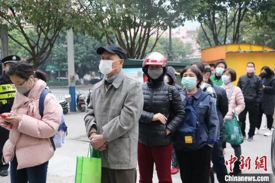 原料图:柳州市桂中大药房锦绣分店前,列队购买口罩民多。 林馨 摄