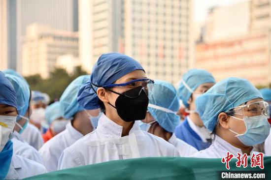 江汉方舱医院正式交接给协和医院 刘坤维 摄