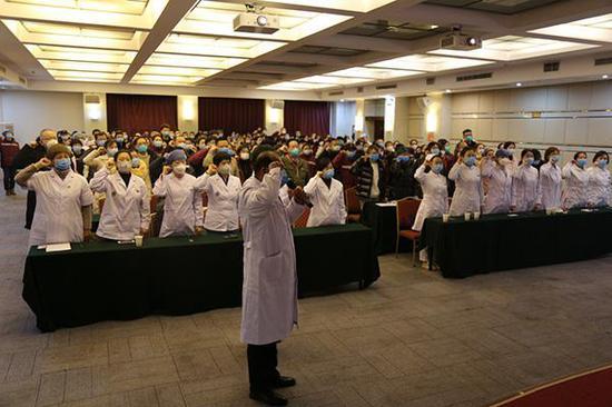 1月27日,在武汉市蔡甸区执行新型冠状病毒肺炎疫情援助任务的辽宁省医疗队,成立临时党支部,全体医护人员向党旗郑重宣誓,坚决打赢新冠肺炎疫情防控阻击战。
