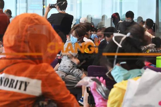 2月5日,按照中国当局安放安排,东方航空一架包机前去新添坡,接回滞留在当地的147名湖北籍旅客,直飞武汉。新华社发(邓智炜摄)