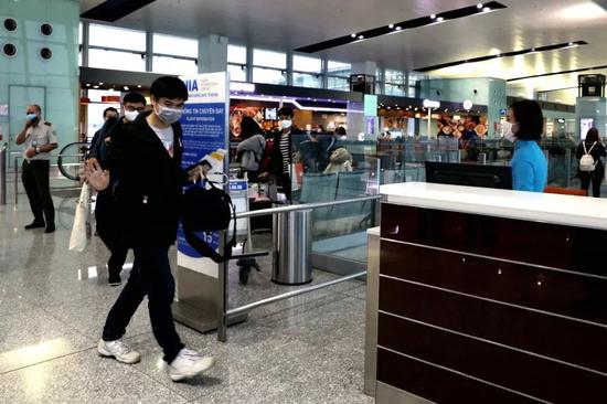 2月15日,在越南始都河内,中国旅客准备搭乘一时航班回国。新华社记者王迪 摄