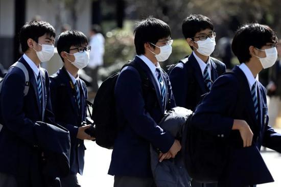 2月18日,在日本东京,几名学生戴着口罩。新华社/路透