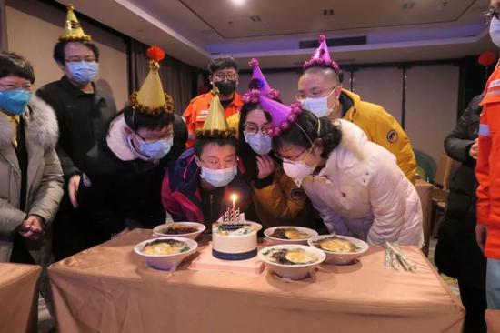 汪勇组织志愿者为上海医疗队购买庆生蛋糕