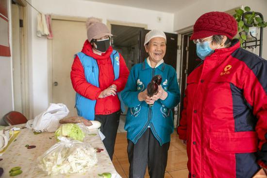 社區志愿者為居民送菜上門(資料圖)
