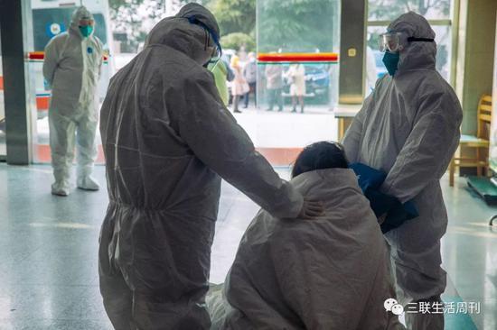 1月底,武漢大學中南醫院急救中心接收的新冠肺炎重病號。  蔡小川 攝