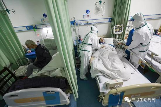 2月6日,武漢市蔡甸區人民醫院隔離病房內,一名患者正在接受治療。  遠征 攝