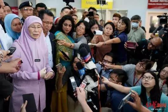 马来西亚副首相 Wan Azizah Wan Ismail 接受记者采访。