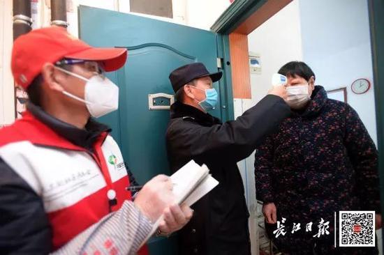 2月17日,东新分局茅店派出所民警张文昌和社区工作人员一起逐家逐户上门排查