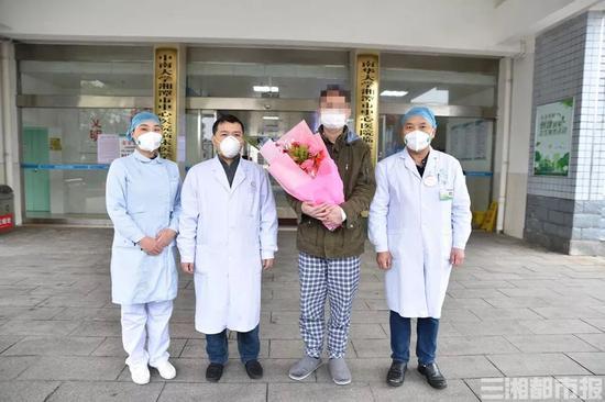 ▲2月8日,罗轩[化名]从湘潭市中心医院公卫中心治好出院。