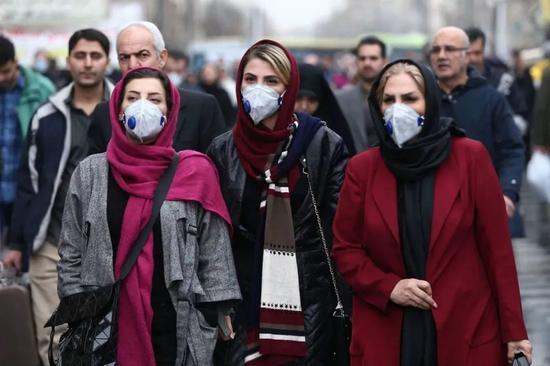 伊朗德暗兰大巴扎(集市),妇女们戴上了防护口罩 来源:路透社