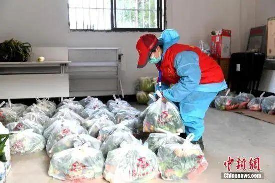 武汉市某社区做事人员为居民配送物资