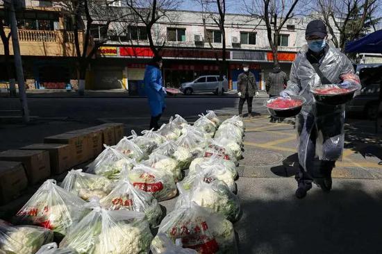 湖北省武汉市下沉花桥社区的干部在搬运居民订购的草莓。新华社记者 沈伯韩 摄