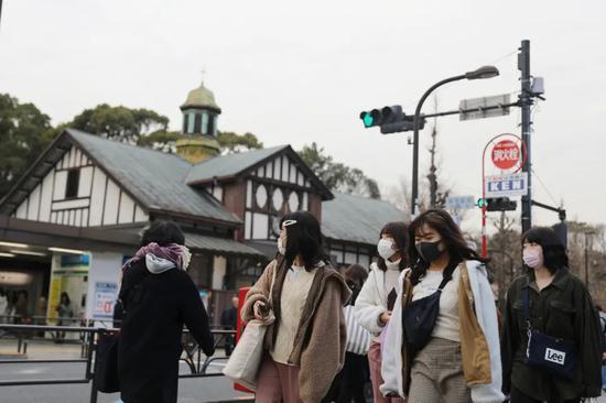 2月25日,在日本东京,人们戴口罩出走。新华社记者 杜潇逸 摄