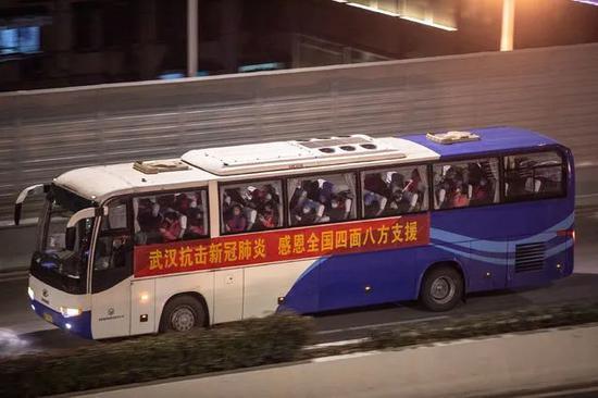 2月18日晚,湖北省武汉市武昌区,一辆载满乘客的大巴车从二环路上驶过。中青报·中青网记者 李隽辉/摄