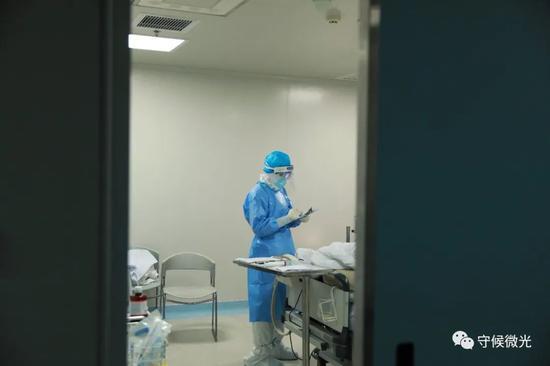 """2月29日早晨两点,武汉市第一医院ICU阻隔病房里,护士郑旭旺正在填写患者输液不良逆答回报单。3天前放工路过ICU时,他看到病房里挤满了大夫和护士在给一位患者上""""人造肺""""(ECMO),那是他第一次与现在护理的病人见面。中⻘报·中青网见习记者鲁冲/摄"""
