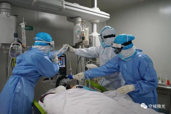 2月29日早晨,武汉市第一医院负压ICU阻隔病房里,护士们给一位晕厥中的新冠肺热病人翻身,避免长时间不起程体形成压疮。中⻘报·中青网见习记者李强/摄