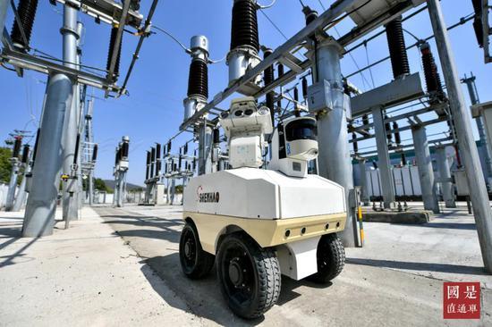2020年3月18日,浙江省湖州长兴110千伏水口变电站,户外巡检机器人正在自动巡检,确保设备安全稳定运行。中新社发 谭云俸 摄
