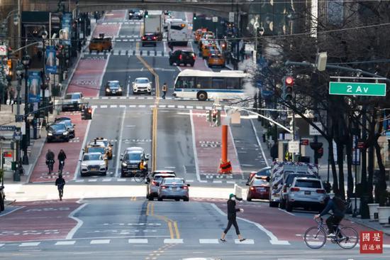 当地时间3月21日,美国纽约曼哈顿往日车水马龙的街区如今已冷冷清清。中新社记者 廖攀 摄