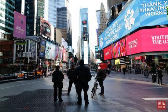 """当地时间3月21日,美国纽约时代广场一个巨型屏幕显示""""感谢医务工作者""""英文字样。中新社记者 廖攀 摄"""