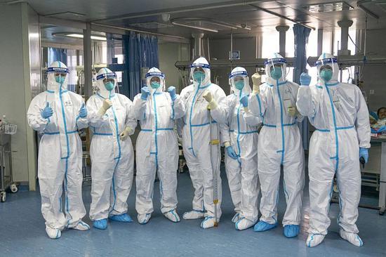 1月24日,武汉大学中南医院重症隔离病房内的医护人员一起鼓劲加油。