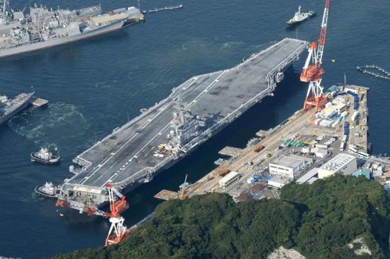 """停靠横须贺进行中期维护的""""里根""""号航母"""