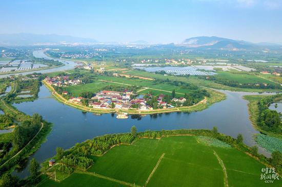 △湖州市长兴县长城村被苕溪环抱,水清岸美。