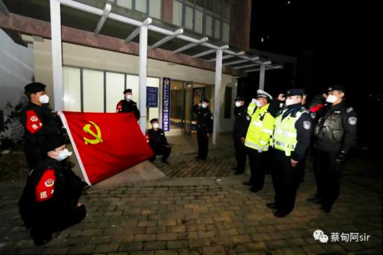 湖北武汉火神山医院警务室挂牌,警务室民警向党旗宣誓