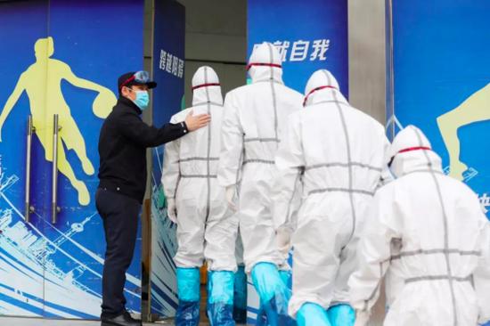 许奎(左一)率领10名突击队员,列队进入武汉全民健身中心方舱医院。