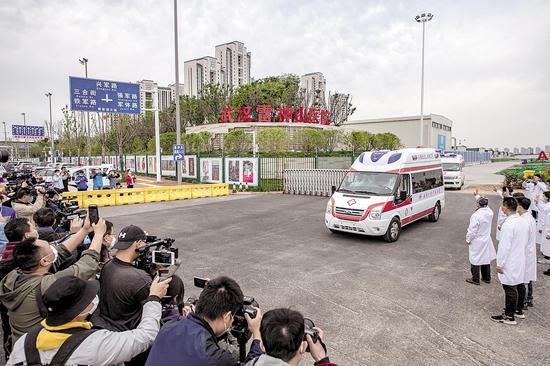 4月14日上午,运载最后4名转院患者的救护车驶离雷神山医院。 (湖北日报全媒记者 魏铼 通讯员 李晗 摄)