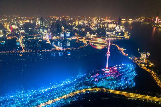 这是4月7日晚在武汉龟山拍摄的夜景(无人机照片)。新华社记者 肖艺九 摄